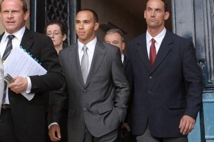Lewis Hamilton opuszcza Trybunał Apelacyjny Federacji w Paryżu /AFP