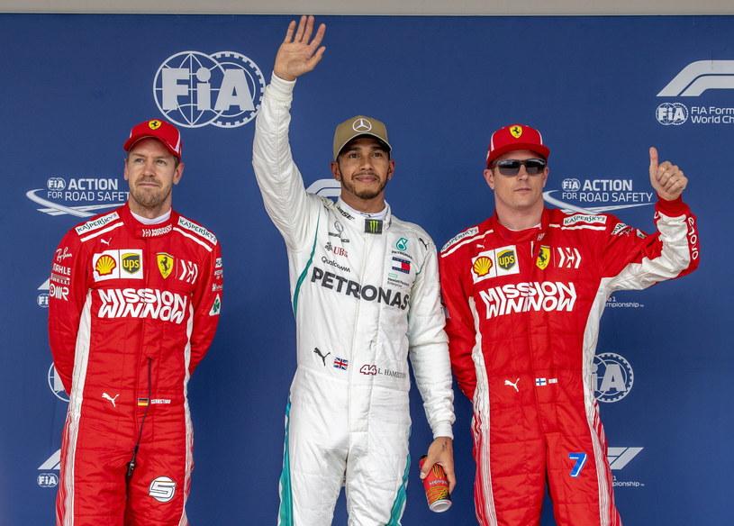 Lewis Hamilton po wygraniu pole position GP USA. Z lewej Sebastian Vettel ze Scuderia Ferrari, z prawej Fin Kimi Raikkonen (również Scuderia Ferrari). /PAP/EPA/SRDJAN SUKI /PAP/EPA