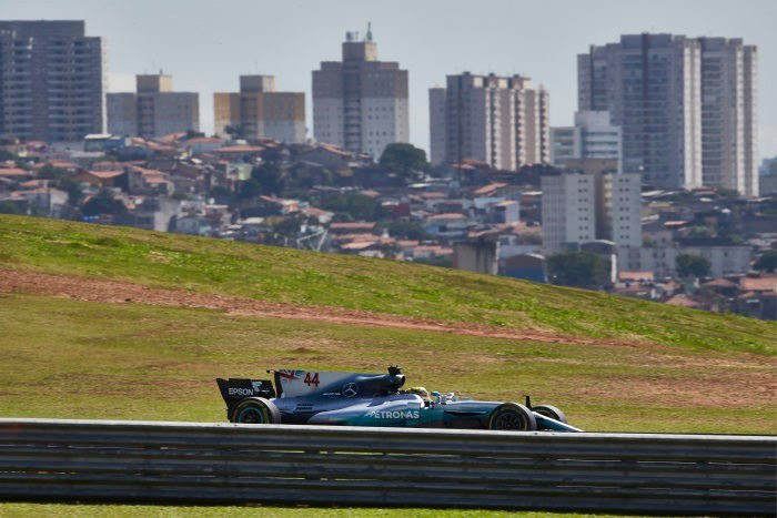 Lewis Hamilton podczas treningu przed GP Brazylii /
