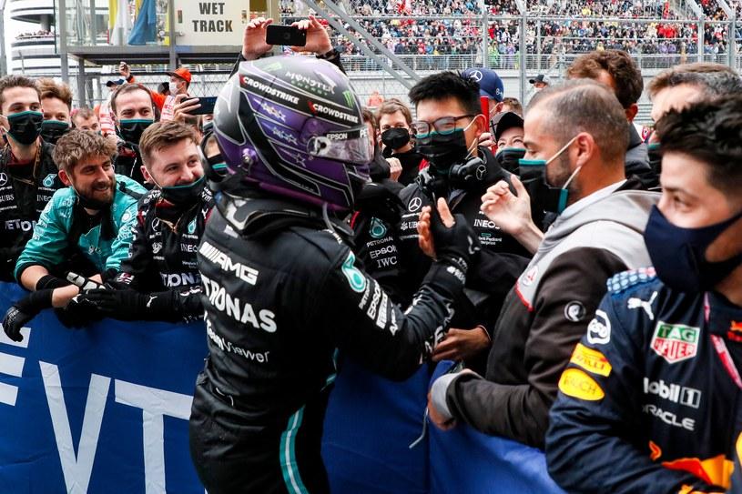 Lewis Hamilton świętuje triumf w Grand Prix Rosji /AFP