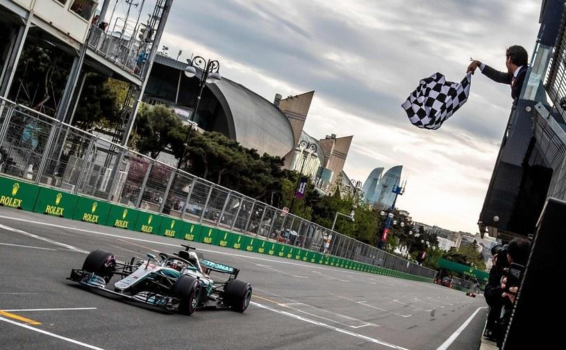 Lewis Hamilton wygrywa zeszłoroczne Grand Prix Azerbejdżamnu Formuły 1 /AFP