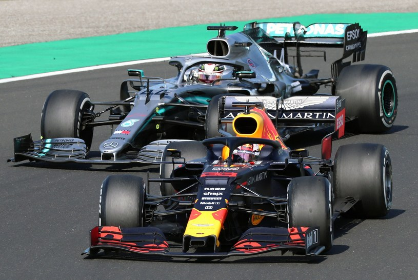 Lewis Hamilton (z lewej) i Max Verstappen stoczyli pasjonującą walkę o zwycięstwo w GP Węgier /AFP