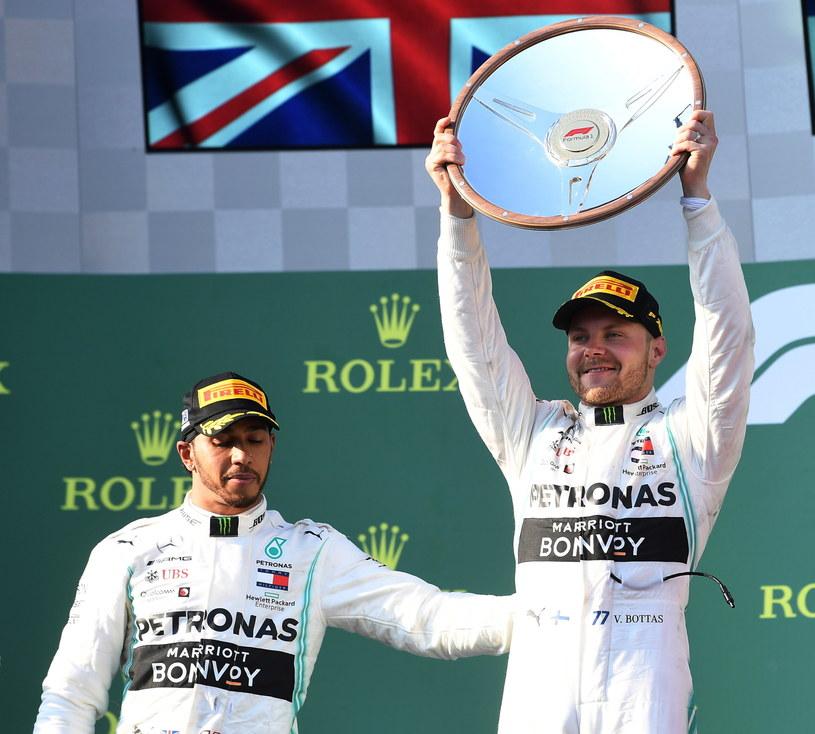 Lewis Hamilton (z lewej) i Valtteri Bottas, czyli bohaterowie z Mercedesa /PAP/EPA
