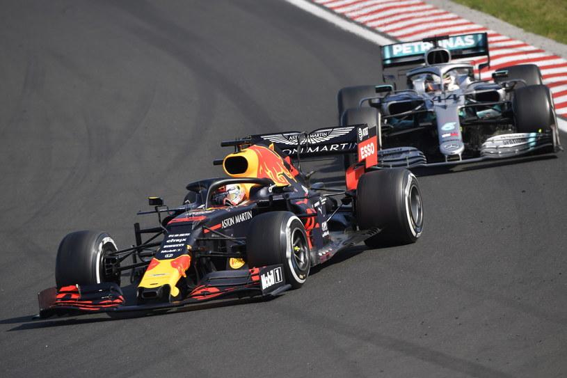Lewis Hamilton (z tyłu) po pasjonującej pogoni w końcu przedarł się przed Maksa Verstappena /PAP/EPA