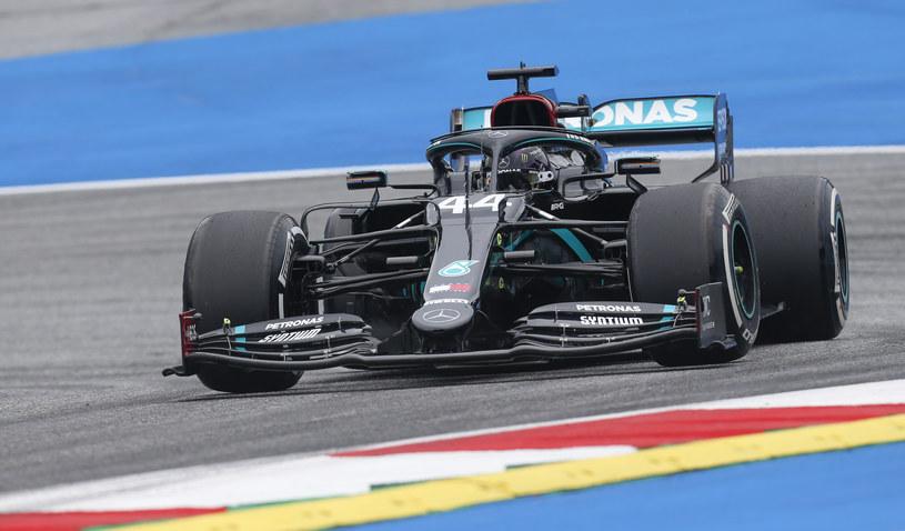 Lewis Hamilton za kierownicą nowego, czarnego bolidu Mercedesa /DARKO BANDIC / POOL / AFP /AFP