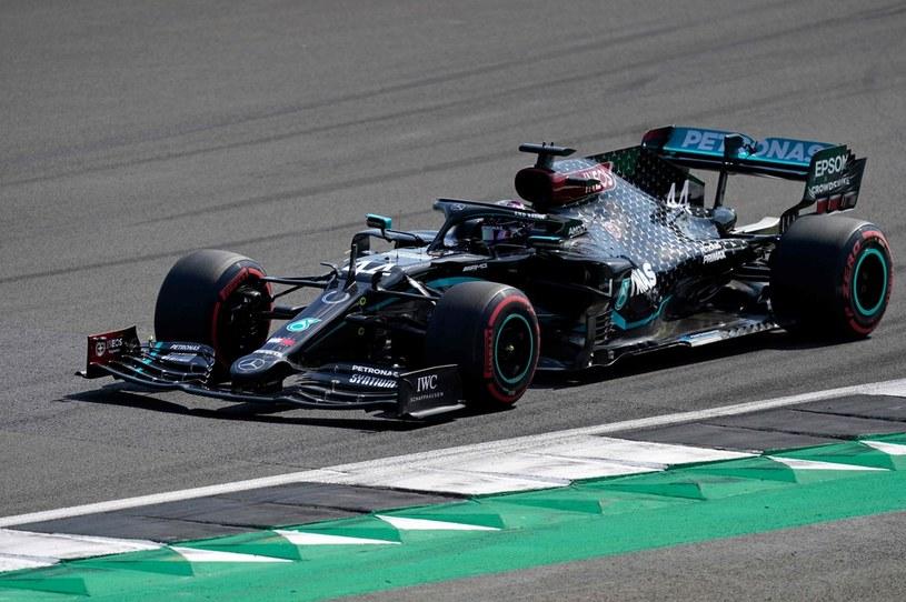 Lewis Hamilton za kierownicą /AFP