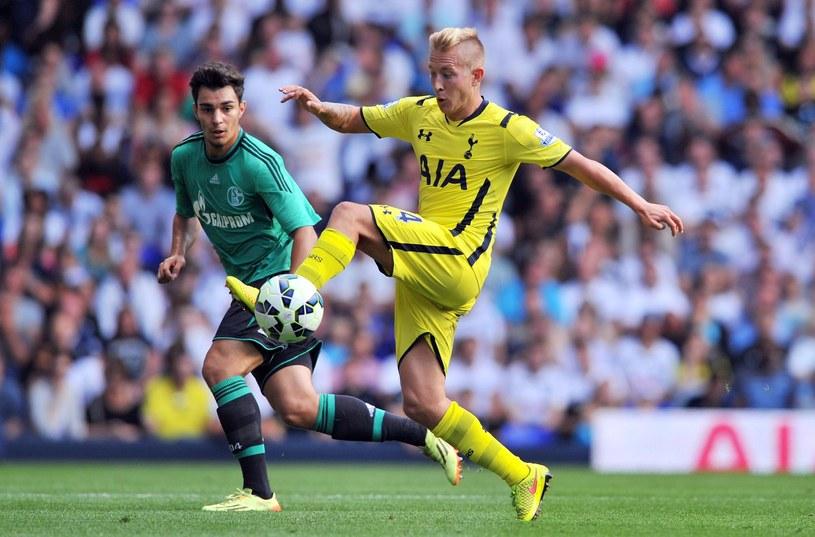 Lewis Holtby (żółta koszulka) będzie grał w HSV /AFP
