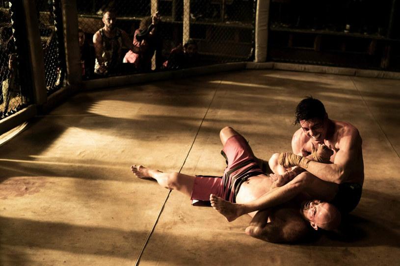"""Lewis Tan w scenie z filmu """"Mortal Kombat"""" /Warner Bros / Planet /Agencja FORUM"""