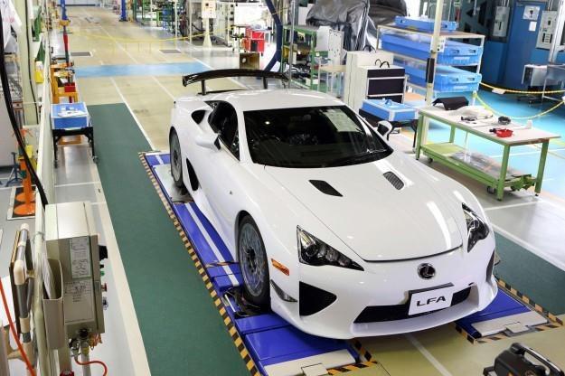 Lexus LFA z numerem 500 na taśmie montażowej /