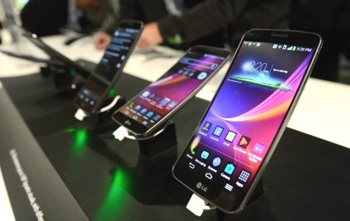 LG G Flex - zakrzywiony smartfon, który oferował samoregenerującą się obudowę /AFP