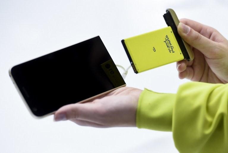 LG G5 to smartfon modułowy /AFP