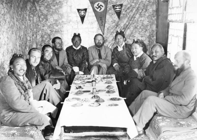 Lhasa, spotkanie z uczestnikami niemieckiej wyprawy do Tybetu. W środku Ernst Schäfer /Wikimedia Commons /domena publiczna