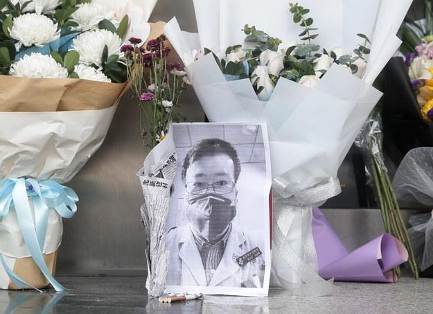 Li był jedną z ośmiu osób, które jeszcze w grudniu ostrzegały innych przed epidemią wywołującego zapalenie płuc wirusa, ale zostały za to upomniane przez wuhańską policję /YFC CHINA /PAP/EPA