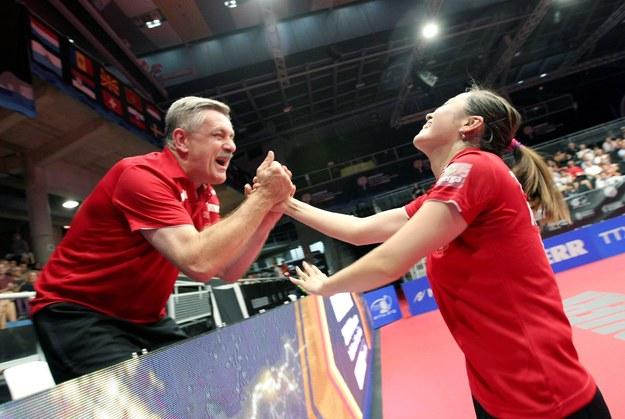 Li Qian i trener Zbigniew Nęcek cieszą się z jej złotego medalu mistrzostw Europy /MORELL/EFE /PAP