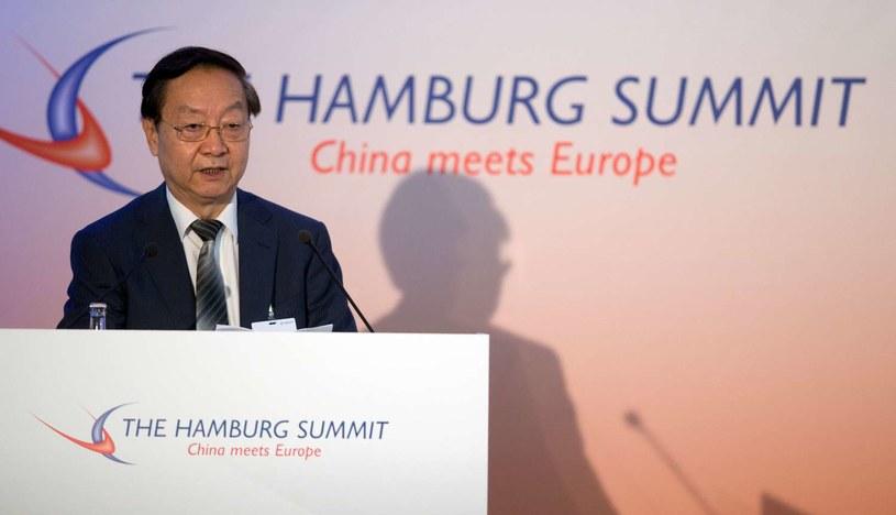 Li Yizhong, były chiński minister przemysłu i informacji, przemawia podczas otwarcia 6. europejsko-chińskiego szczytu w Hamburgu w Niemczech /AFP