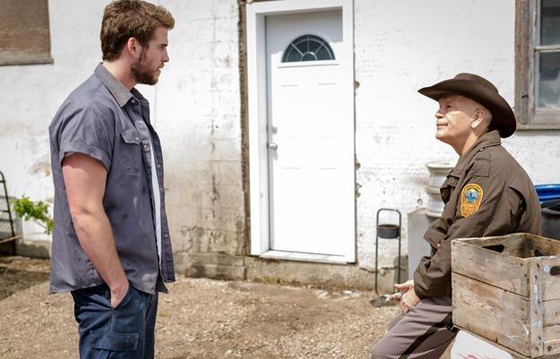 """Liam Hemsworth i  John Malkovich w filmie """"Miasteczko Cut Bank"""" /materiały prasowe"""