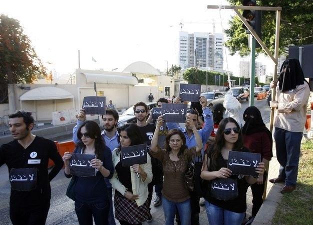 Libańscy obrońcy praw człowieka protestują pod ambasadą Arabii Saudyjskiej w Bejrucie przeciwko karze śmierci za czary orzeczonej dla obywatela Libanu /AFP