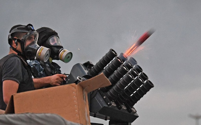 Libańskie siły bezpieczeństwa wystrzeliwują ładunek z gazem łzawiącym w kierunku protestujących /AFP