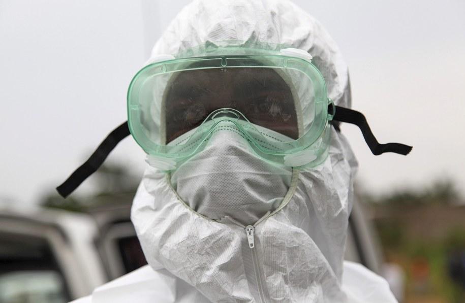 Liberyjska pielęgniarka na przedmieściach Monrovii, stolicy Liberii /AHMED JALLANZO  /PAP/EPA