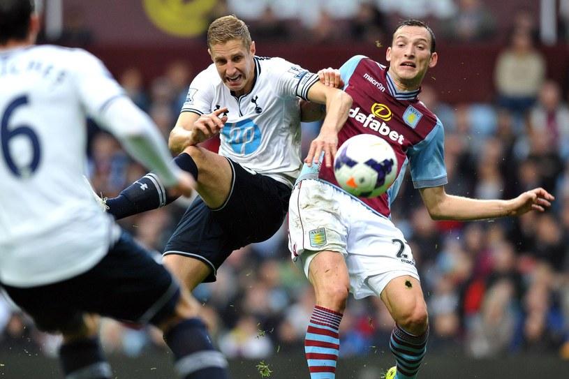 """Libor Kozak (z prawej) w październiku 2013 roku rywalizował z Tottenhamem. Z lewej obrońca """"Kogutów"""" Michael Dawson. /AFP"""