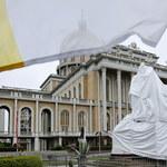 Licheń: Pomnik papieża, już bez kustosza, stanął przed świątynią