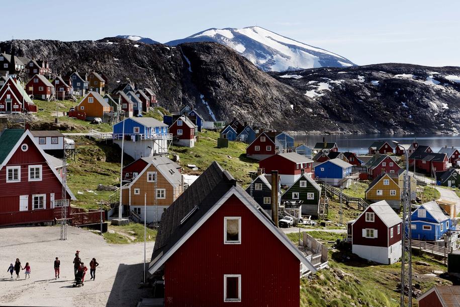 Licząca 56 tys. mieszkańców Grenlandia to największa wyspa świata /LINDA KASTRUP  /PAP/EPA