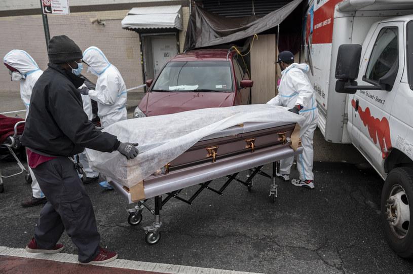 Liczba, która jest najważniejsza, na którą patrzymy i która nadal jest niezwykle niepokojąca, to liczba zgonów - mówi Cuomo /JOHANNES EISELE / AFP /AFP