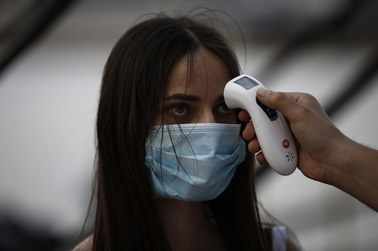 Liczba ofiar śmiertelnych koronawirusa w Polsce przekroczyła tysiąc. Ostatni etap znoszenia restrykcji w Czechach [RELACJA 25.05.2020]