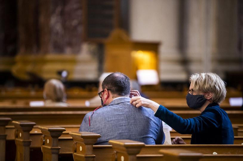 Liczba osób, które będą mogły uczestniczyć we mszy jest uzależniona od powierzchni kościoła /AFP