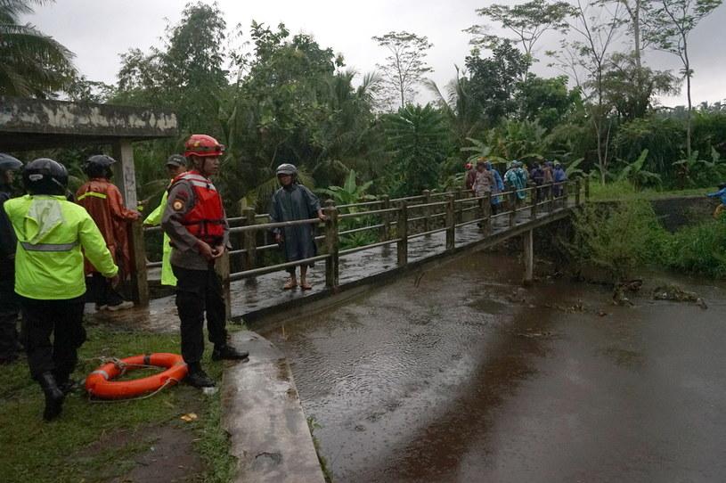 Liczba uczniów, których porwała woda na wyspie Jawa, wzrosła do ośmiu /STRINGER /PAP/EPA