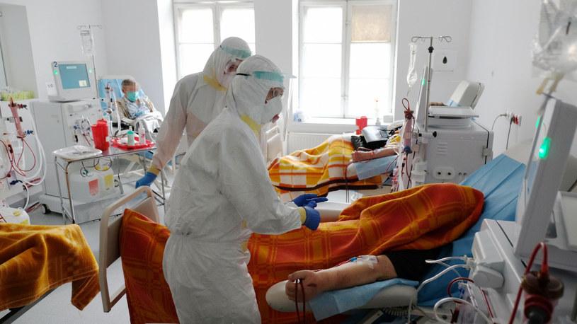 Liczba zajętych łóżek i respiratorów dla pacjentów z COVID-19 od wielu dni rośnie /Arkadiusz Gola/Polska Press /East News