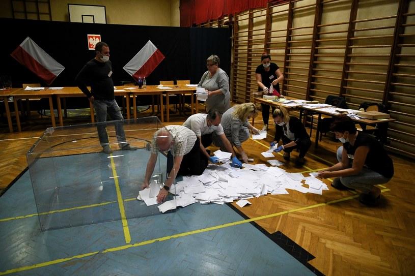 Liczenie głosów w lokalu Obwodowej Komisji Wyborczej nr 18 w Przemyślu /Darek Delmanowicz /PAP