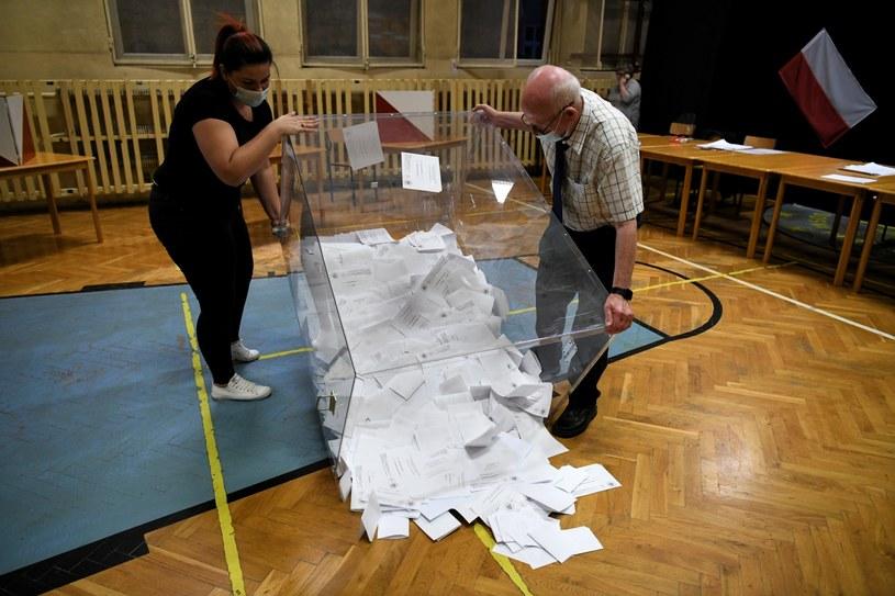 Liczenie głosów w lokalu Obwodowej Komisji Wyborczej nr 18 w Przemyślu. /Darek Delmanowicz /PAP