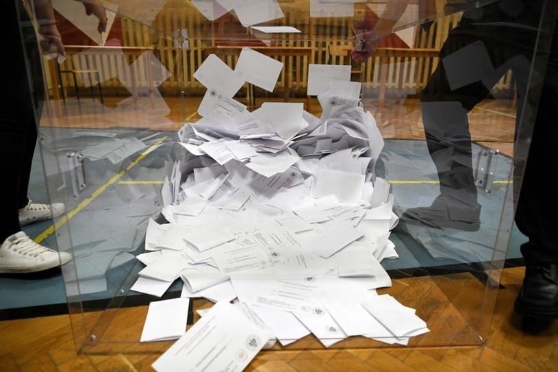 Liczenie głosów w lokalu Obwodowej Komisji Wyborczej nr 18 w Przemyślu /Dariusz Delmanowicz    /PAP