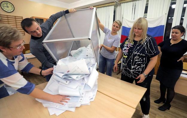 Liczenie głosów w lokalu wyborczym w Podolsku /MAXIM SHIPENKOV    /PAP/EPA