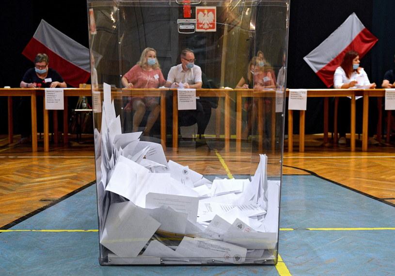 Liczenie głosów w siedzibie Obwodowej Komisji Wyborczej nr 18 w Przemyślu /Darek Delmanowicz /PAP
