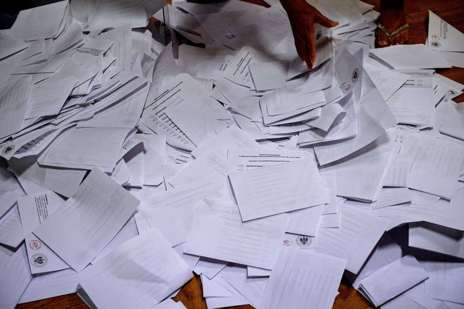 Liczenie głosów w siedzibie Obwodowej Komisji Wyborczej nr 18 w Przemyślu/ Zdjęcie ilustracyjne /Darek Delmanowicz /PAP