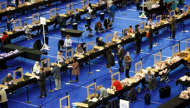 Liczenie głosów w Szkocji /ROBERT PERRY  /PAP/EPA
