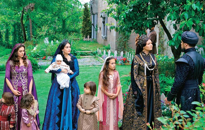 Liczne żony i dzieci Ibrahima wprowadzą na dworze sporo zamieszania. Jednak tylko Turhan uda się zasiąść na tronie /Świat Seriali