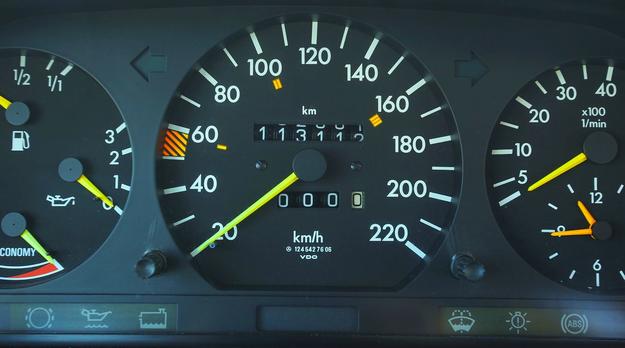 Liczniki przebiegu bardzo często w C124 sprawiają problemy. Coraz trudniej o w pełni sprawne zegary. /Motor