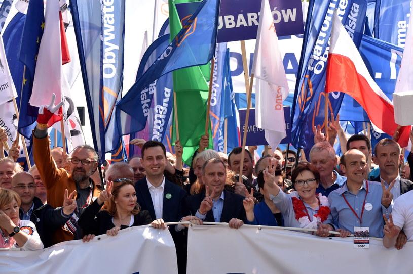 Lider KOD Mateusz Kijowski (3L), prezes PSL Władysław Kosiniak-Kamysz (5L), przewodniczący PO Grzegorz Schetyna (6L), poseł Po Borys Budka (2P), była premier Ewa Kopacz (3P) i prezes ZNP Sławomir Broniarz (P) na czele marszu / PAP/Radek Pietruszka /PAP