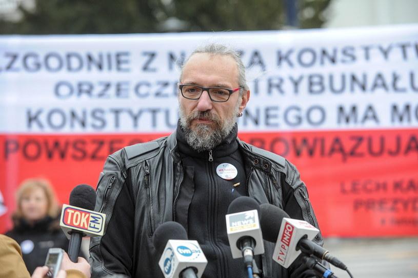 Lider KOD Mateusz Kijowski podczas konferencji prasowej Komitetu Obrony Demokracji przed Sejmem /Marcin Obara /PAP