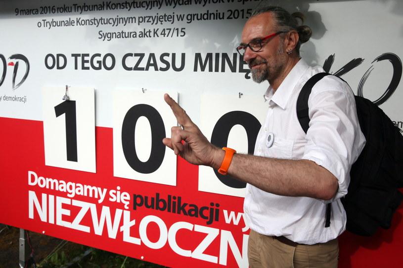 """Lider KOD Mateusz Kijowski, podczas konferencji prasowej """"Studniówka KOD"""" /Tomasz Gzell /PAP"""