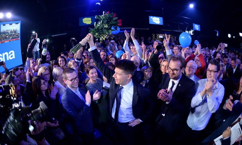 Lider Nowoczesnej Ryszard Petru (C) podczas wieczoru wyborczego partii Nowoczesna /Jacek Turczyk /PAP