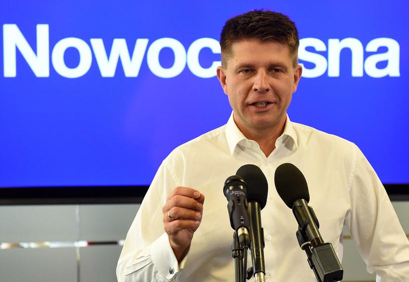 Lider Nowoczesnej, Ryszard Petru otwarcie krytykuje pomysły prezydenta. /JANEK SKARZYNSKI / AFP /AFP