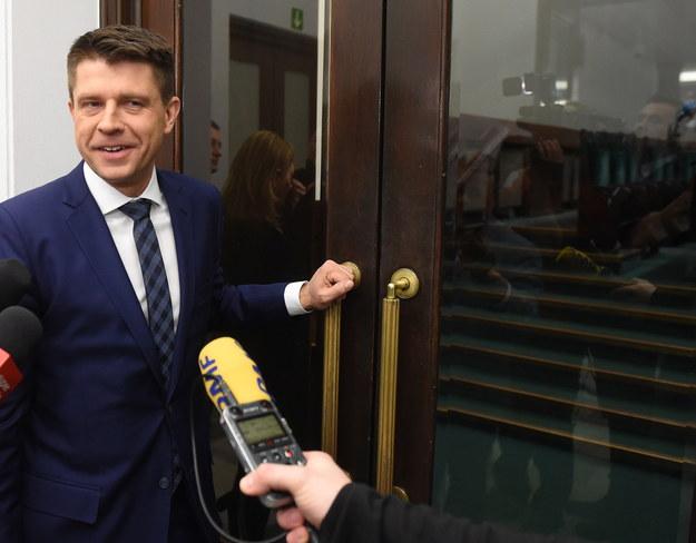 Lider Nowoczesnej Ryszard Petru przed wejściem na zamkniętą lożę dziennikarską w Sejmie /Radek Pietruszka /PAP