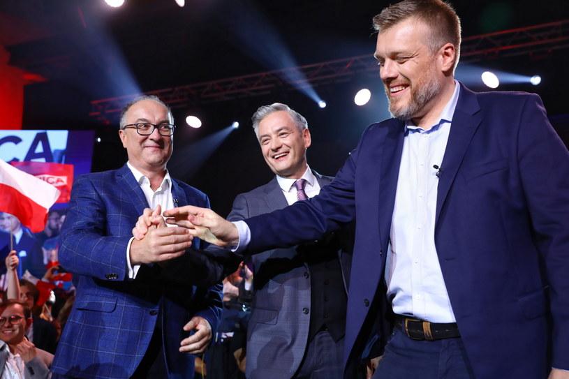 Lider partii Wiosna Robert Biedroń (C), przewodniczący SLD Włodzimierz Czarzasty (L) i członek zarządu krajowego partii Razem Adrian Zandberg (P) /Rafał Guz /PAP