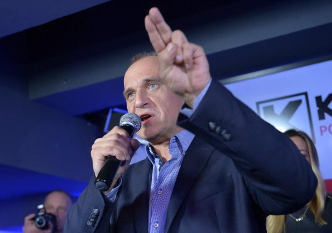 Lider ruchu Kukiz'15 Paweł Kukiz z rodziną podczas wieczoru wyborczego /Marcin Obara /PAP