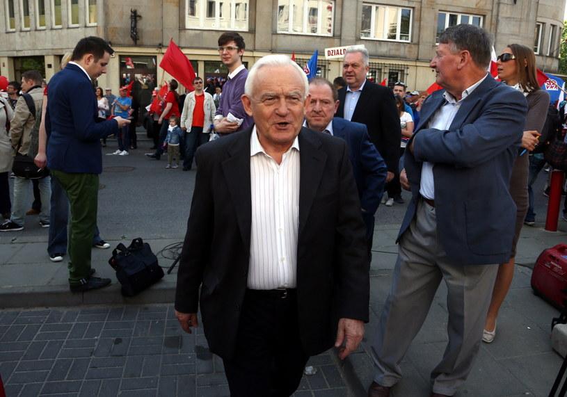 Lider SLD Leszek Miller podczas zbiórki przed pochodem pierwszomajowym /Tomasz Gzell /PAP