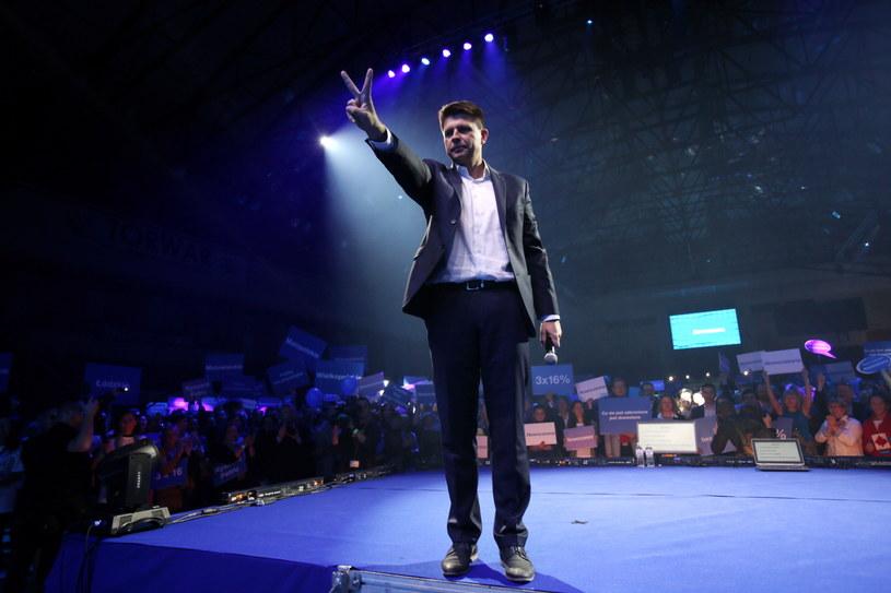 Lider ugrupowania Ryszard Petru na warszawskim Torwarze podczas konwencji podsumowującej kampanię wyborczą Nowoczesnej /Leszek Szymański /PAP